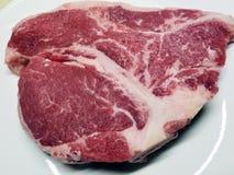 上等腰肉牛排准备好烹调 库存照片
