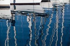 上船桅反映海运游艇 库存照片