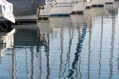 上船桅反映海运游艇 库存图片