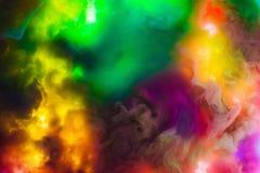 上色下落在水中,拍摄在行动 抽象打旋 柔滑的电灯泡云彩在白色背景隔绝的水下的 colo 库存图片