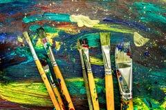 上色与刷子的油画纹理明亮的背景的 库存照片