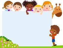 上色与小组的框架孩子和长颈鹿,背景 免版税库存照片