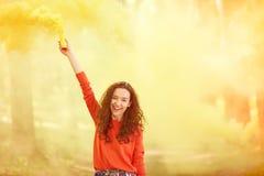 上色与抽烟的红色衣裳的行家女孩天空上色了炸弹 免版税库存图片