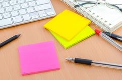 上色与笔的便条纸在计算机书桌上 免版税库存图片