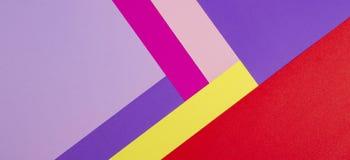 上色与紫罗兰色的纸几何平的构成背景,紫色,桃红色,上升了,红色,黄色口气 免版税库存照片