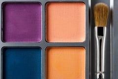 上色化妆用品不同的眼影膏专业 多彩多姿的眼影和构成刷子,顶视图调色板  库存照片