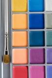 上色化妆用品不同的眼影膏专业 多彩多姿的眼影和构成刷子,顶视图调色板  免版税库存图片