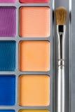 上色化妆用品不同的眼影膏专业 多彩多姿的眼影和构成刷子,顶视图调色板  免版税库存照片