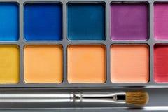 上色化妆用品不同的眼影膏专业 多彩多姿的眼影和构成刷子,顶视图调色板  库存图片