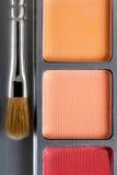 上色化妆用品不同的眼影膏专业 黄色眼影和构成刷子,顶视图调色板  免版税库存照片