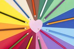 上色在纸的铅笔与桃红色心脏备忘录笔记 免版税库存图片