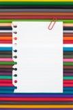 上色在纸笔记和葡萄酒木桌上的铅笔背景和文本的 免版税库存图片