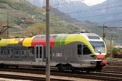 上色在Bolzano调情的人ETR 170的铁路运输 图库摄影