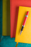 上色垫和一支笔在绿松石桌上 免版税库存图片