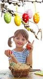 上色复活节彩蛋的女孩 库存图片