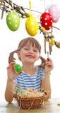 上色复活节彩蛋的女孩 免版税库存照片