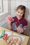 上色复活节彩蛋的孩子 免版税库存照片