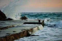 上色失败的鲜绿色岸水波 免版税图库摄影