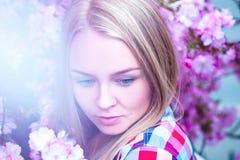 上色性感的秀丽金发碧眼的女人的图象开花的桃红色花的 库存照片