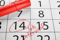 上色标志和日历与日期提示关于工作面试, 库存照片