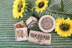 上色的不同的箱子在自然羊毛和用向日葵 库存照片