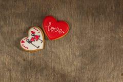 上色红色和白色心脏曲奇饼在华伦泰` s天以自由 图库摄影
