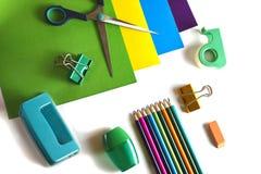 上色纸张,剪刀,铅笔,磨削器,穿孔机 库存照片