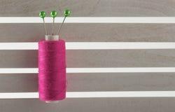 上色缝合针线用于织品和纺织工业红色 库存图片