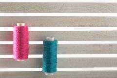 上色缝合针线用于织品和纺织工业红色gre 免版税库存图片