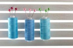 上色缝合针线用于织品和纺织工业蓝色 免版税库存图片