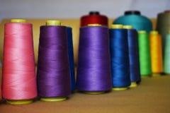 上色缝纫机的螺纹,纺织工业的 库存图片