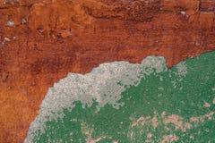 上色老桔子绘红色毛面墙壁被佩带的黄色 免版税图库摄影