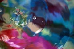 上色行动下落在水中,抽象被弄脏 库存图片
