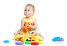 上色逗人喜爱的女孩少许使用的玩具 免版税库存图片