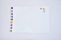 上色金属黏合剂夹子办公用品纸夹 免版税图库摄影