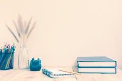 上色铅笔和笔记本在木背景 免版税图库摄影