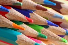 上色铅笔的艺术家 免版税库存图片