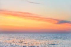 上色黑暗水平的自然照片海运日出 早晨黎明的海景 在美丽的鸟云彩之上颜色及早飞行金子早晨本质宜人的平静的反映上升海运一些星期日 免版税库存照片