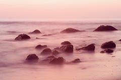上色黑暗水平的自然照片海运日出 免版税库存照片