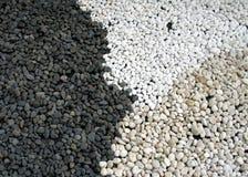 上色黑,白色和黏土颜色小卵石  免版税库存图片