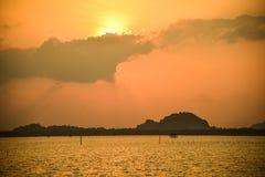 上色黑暗水平的自然照片海运日出 免版税库存图片