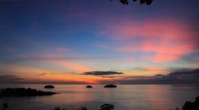 上色黑暗水平的自然照片海运日出 库存照片