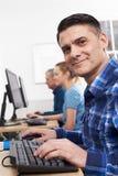 上计算机类的成熟人 免版税库存照片