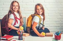 上课时间女孩 小姐妹友谊在教室知识天 回到学校和家教 免版税图库摄影