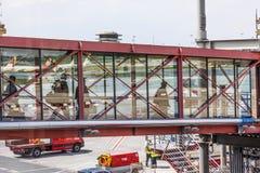 上通过乘客桥梁的人们在Haburg对航空器 库存图片