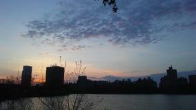 上部东边曼哈顿地平线看法从中央公园的在复活节的日出期间在纽约, NY 库存照片