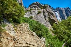 上部优胜美地瀑布在尤塞米提谷,国家公园,从岩石足迹的看法 免版税图库摄影