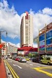 上部发怒街道和汽车通行在新加坡中国镇 库存图片