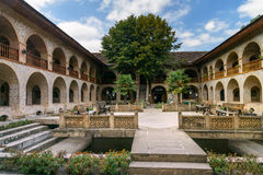 上部商队投宿的旅舍内在庭院的看法在Sheki 阿塞拜疆 库存图片