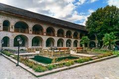 上部商队投宿的旅舍内在庭院的看法在Sheki 阿塞拜疆 免版税图库摄影